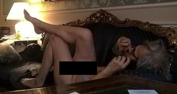 Vittorio Sgarbi nudo su Facebook, il web in delirio