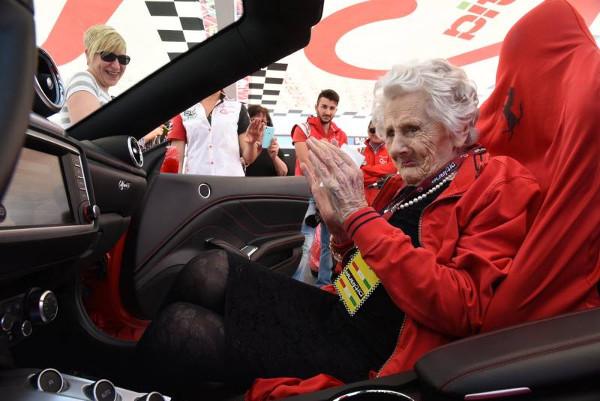 A spasso in Ferrari a 104 anni