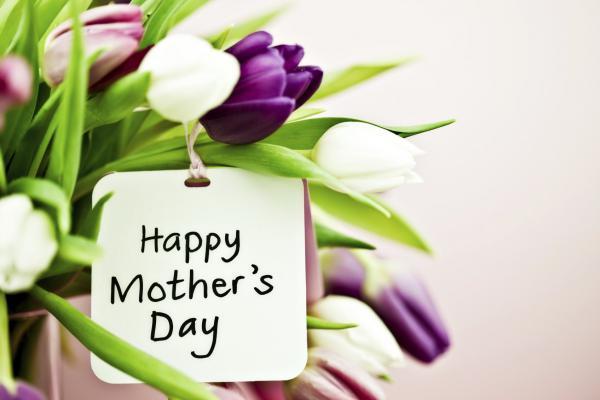 Festa della Mamma sui social tra vip, emoji e politici