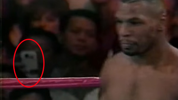 Filmato del match di Tyson del 1995, uno smartphone tra la folla?