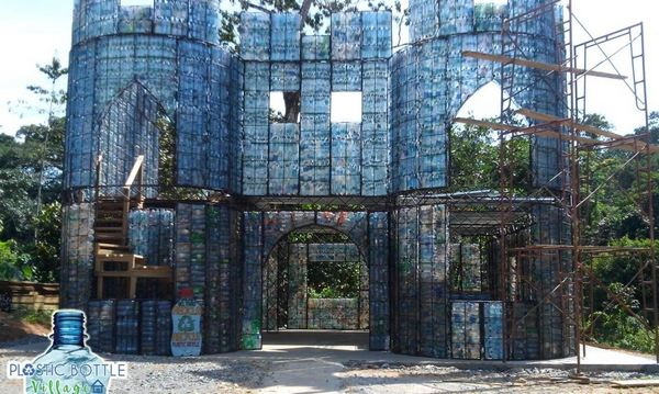 Panama, eco-villaggio costruito con le bottiglie di plastica