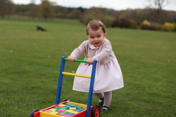 Royal Baby Charlotte compie 1 anno, mamma Kate posta le foto su Twitter