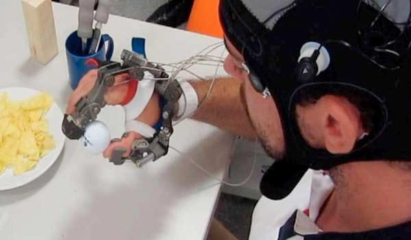 Il guanto hi-tech per ritrovare l'uso della mano