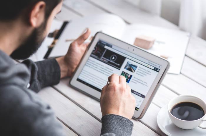 Boom di tablet e smartphone, il rischio è il collo da tablet